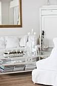 Adventlich dekorierter Couchtisch in weißem Shabby Wohnzimmer
