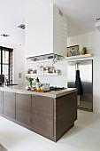 Kücheninsel mit Unterschränken in Braun unter Dunstabzug in offener Designerküche