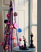 Moderner Christbaum und Beistelltisch mit Kerzenleuchtern und Vogelfiguren