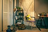 Wohnraum mit Schreibtisch & offenem Wandregal sowie Rucksack und Schuhe vor Schrank mit Lamellentüren