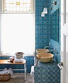 Badezimmer mit marokkanischen Fliesen und schlichten Waschschüsseln
