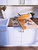Wie man ein Schneidebrett um einen Messerblock ergänzt