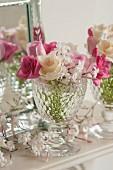 Pinke & weisse Rosen mit Jasminblüten in Kristallglas