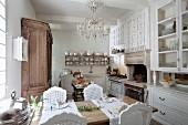Ländliche Küche mit Essplatz, seitlich Anrichte mit Vitrinenaufsatz