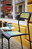 Moderner schwarzer Stuhl verziert mit Lochmusterstickereien an Sitzfläche & Rückenlehne
