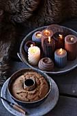 Schale mit brennenden Kerzen davor Napfkuchen in Napfkuchenform