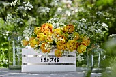 Frühlingshafte Blumendeko mit gelben gefüllten Tulpen & Wiesenschaumkraut