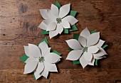 DIY-Papierblüten als weihnachtliche Deko