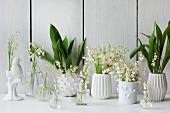 Maiglöckchen in weissen Vasen