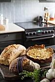 Verschiedene Brotsorten und Kuchen auf Theke