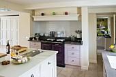 Offene Küche mit Kücheninsel und verschiedenfarbigen Schrankfronten im klassischen Stil