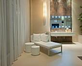 Moderne Tagesliege und Hockerin Weiss vor Pendelleuchte und Waschtisch in luxuriösem Bad