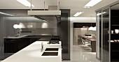 Küchenblock mit weisser Arbeitsplatte, seitlich Durchblick in Essbereich mit Tisch und Stühlen