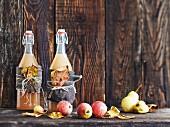 Herbstlich dekorierte Bügelflaschen mit Apfelsaft