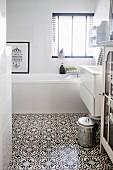 Weißes Bad mit Ornamentfliesen in marokkanischem Stil
