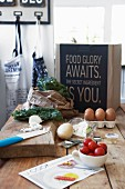 Holztisch mit Schneidebrett, Gemüse und Eiern