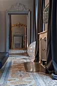 Blick durch Tür mit Stuckelementen auf antiken Bodenspiegel, Terrazzoboden