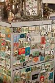 Alte Magnete mit Stadtmotiven an Vintage Registerschrank