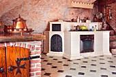 Gemauerte Küchenzeile mit weissen Fliesen in Fliesenboden mit dunklen Einlegern, im Mittelalter-Stil