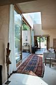 Offener Wohnraum in einem mediterranen Bungalow mit folkloristischer Einrichtung