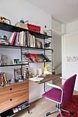 Retro Stringregal mit eingehängter Schreibtischplatte, Schreibtischstuhl mit violettem Bezug