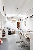 Essplatz mit Freischwinger und Tripp Trapp Kinderstuhl in offenem Wohnraum eines Hausbootes