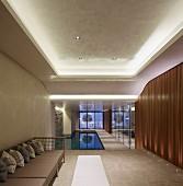 Halle mit Innenpool und Spiegelwänden in reduziertem Luxus Ambiente