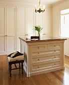 Eleganter Ankleidebereich mit Einbauschrank, Schubladenkommode und Edelholzparkett