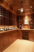 Elegante Einbaumöbel zur Weinflaschenlagerung im Landhausstil
