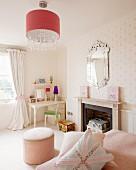 Klassisch eingerichtetes Kinderzimmer mit Schreibtisch, Sitzpouf und Kamin