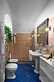 Traditionelles Badezimmer mit blauem Fliesenboden und Duschbereich mit Glas Trennwand (Villa Cimbrone Hotel)