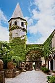 Innenhof der italienischen Villa Cimbrone mit romanischem Turm, Kletterpflanzen auf Fassade
