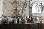 Sammlung chinesischer Vasen und Lampenschirmgestelle in einer alten Werkstatt