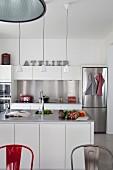 weiße moderne Küche mit Edelstahlelementen