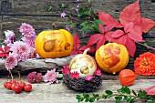 Herbstliches Stillleben mit Kürbissen Herbstblumen & Herbstlaub