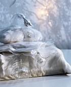 weiße Plüsch- und Organzakissenbezüge als originelle Geschenkverpackung