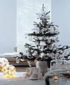 Christbaum mit weißem und silbernem Baumschmuck