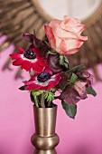 Romantisches Blumensträusschen aus Rose und Anemonen