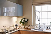 Fitted kitchen with gastro tap fittings, wall units with grey, glossy fronts