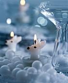 Teelichter in Rehform umgeben von weissen Dekokugeln & Glasvase