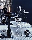 Weihnachtliche Tischdeko mit Geschirr, Dekokugeln & Kerzenständer in Schwarz-Weiss