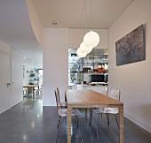 Moderner Essbereich mit Blick in die Küche