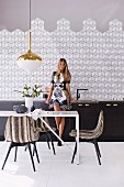 Inspirations for the kitchen: tiled wall with a geometric pattern over a dark kitchenette