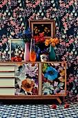 Floraler Mustermix an Tapete, Sideboard, Gemälden und Teppich