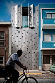Schmales, zeitgenössisches Wohnhaus mit beweglicher Fassade aus Edelstahl Fensterläden, zwischen Stadthäusern