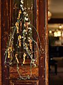 Weihnachtlich dekorierte Tür mit essbarem Schmuck