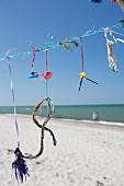 An Leine aufgehängtes Treibgut am Strand von Prerow (Ostsee, Deutschland)