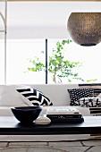 Ausschnitt eines schwarz-weißen Wohnzimmers