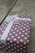 Verpacktes Geschenk mit Schleifenband und selbstgemachtem Anhänger