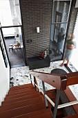 Blick von oben auf Treppenabgang und Eingangsbereich, Holztrittstufen im Treppenhaus mit Retro Flair